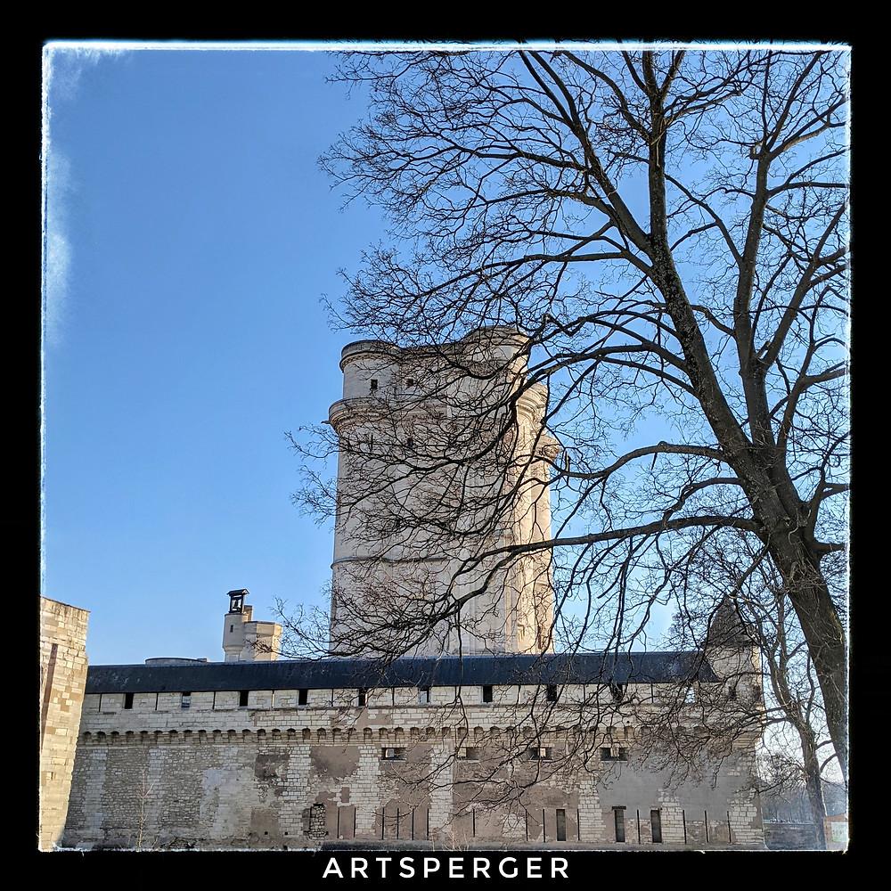 La photo qui sert d'illustration au texte est un cliché pris à Vincennes aux abords du château
