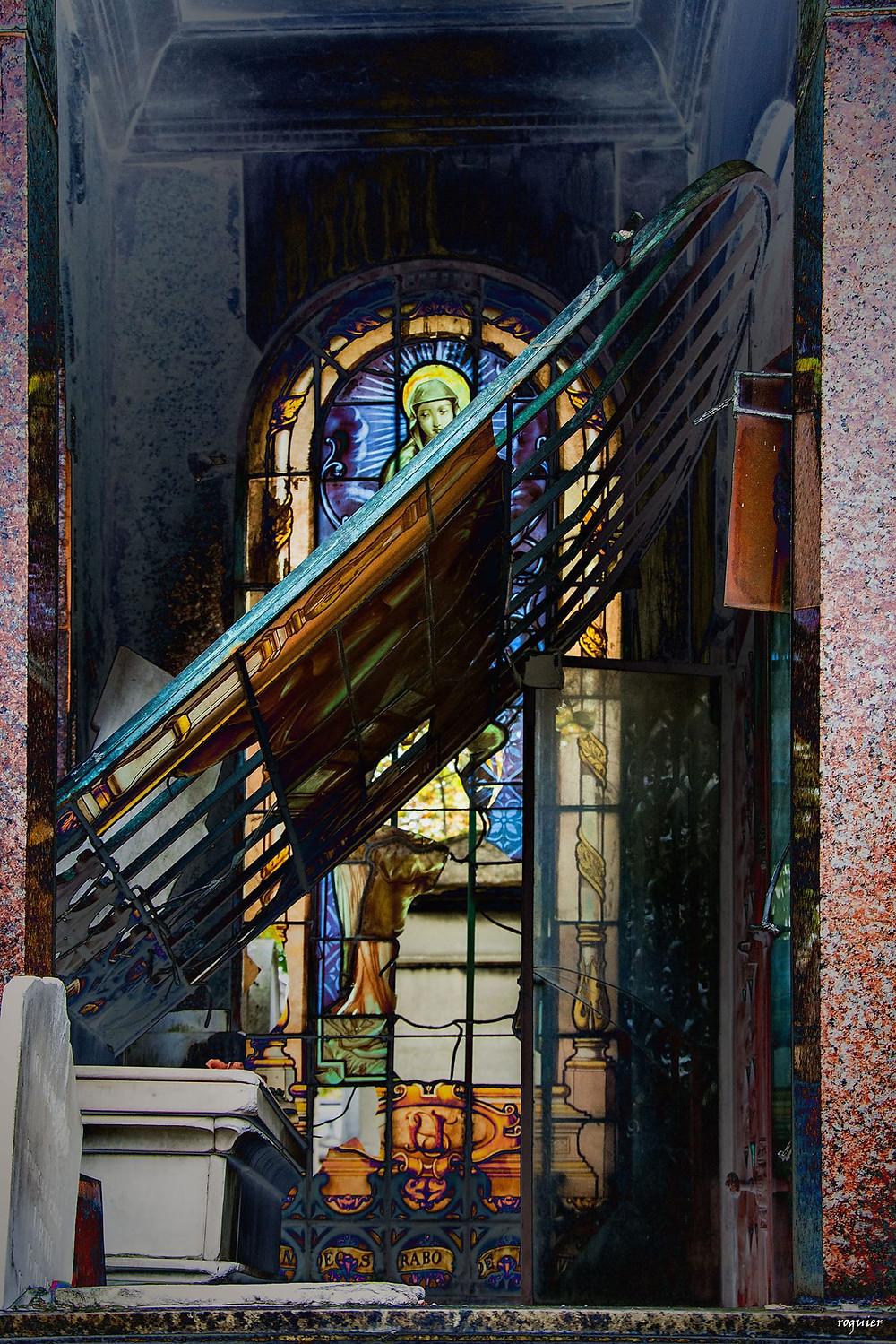 La photo qui sert d'illustration au texte est un cliché pris au cimetière du Père Lachaise à Paris