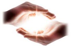 mani intorna alla luce