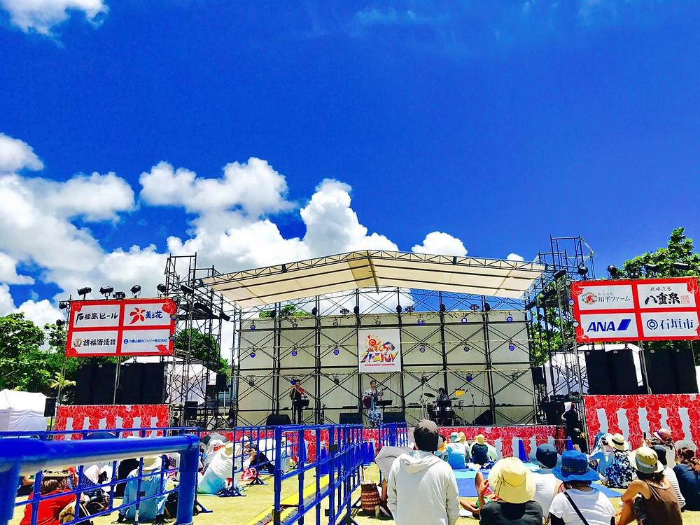 カワミツサヤカのステージ。青空