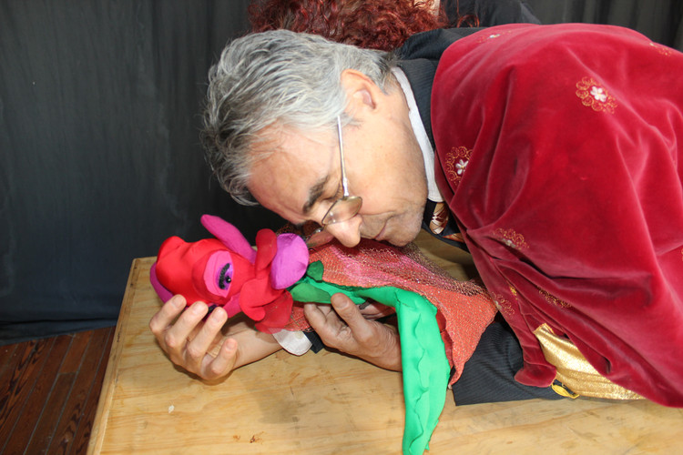 Antonio y la Rosa se abrazan