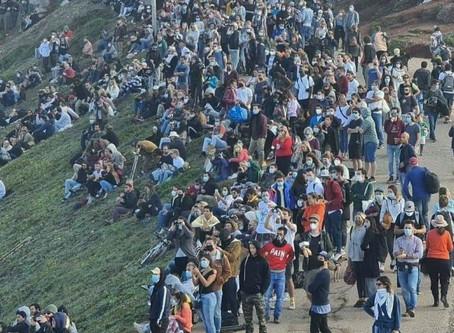 APESAR DOS AVISOS DA CÂMARA MULTIDÃO TEM SE DESLOCADO À NAZARÉ PARA VER AS ONDAS GIGANTES