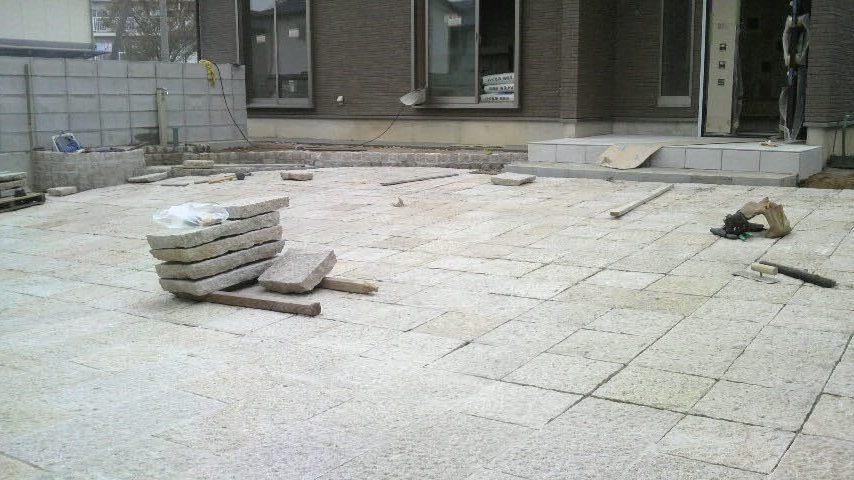 玄関前の傾斜面は半丁300×300