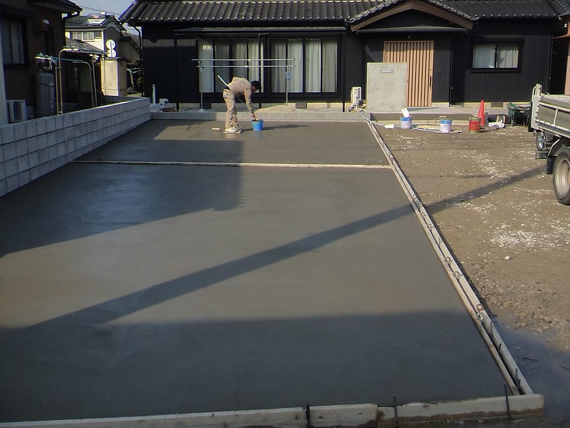 土間コンクリート刷毛引き仕上げ中