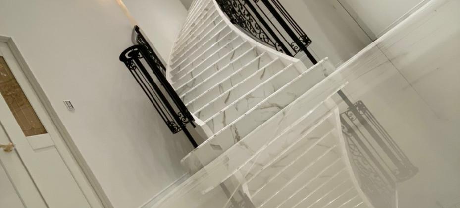 大理石のらせん階段