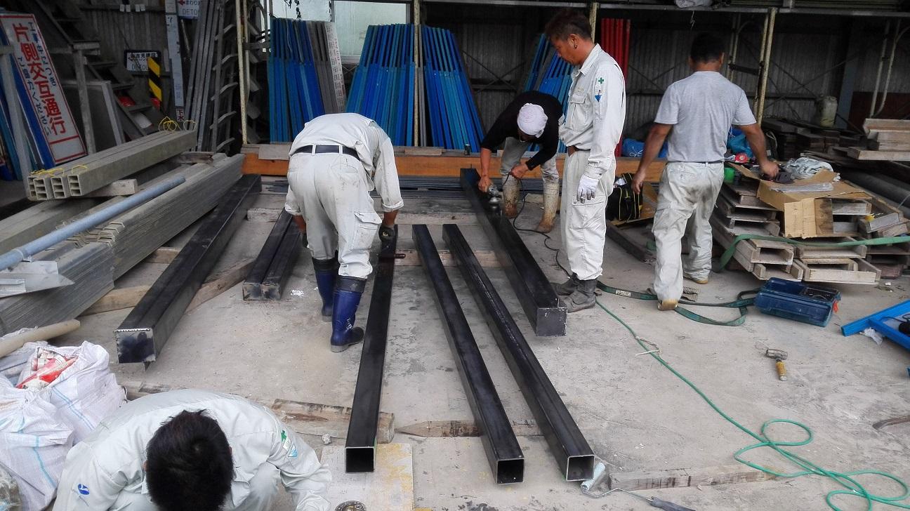 工場で鉄骨加工