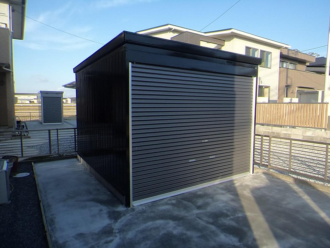 新品のイナバ倉庫を真っ黒に塗装