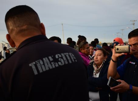 Bloquean vecinos Avenida del Desierto, exigen alumbrado público y seguridad vial