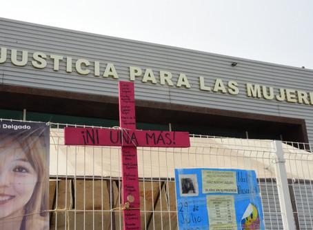 Activistas protestan contra la revictimización a las afueras de la FEM