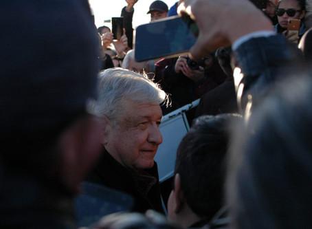 Crónica| AMLO es recibido por manifestantes en la frontera Juarense
