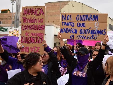 Marchan colectivos en la avenida Juárez contra la violencia de género