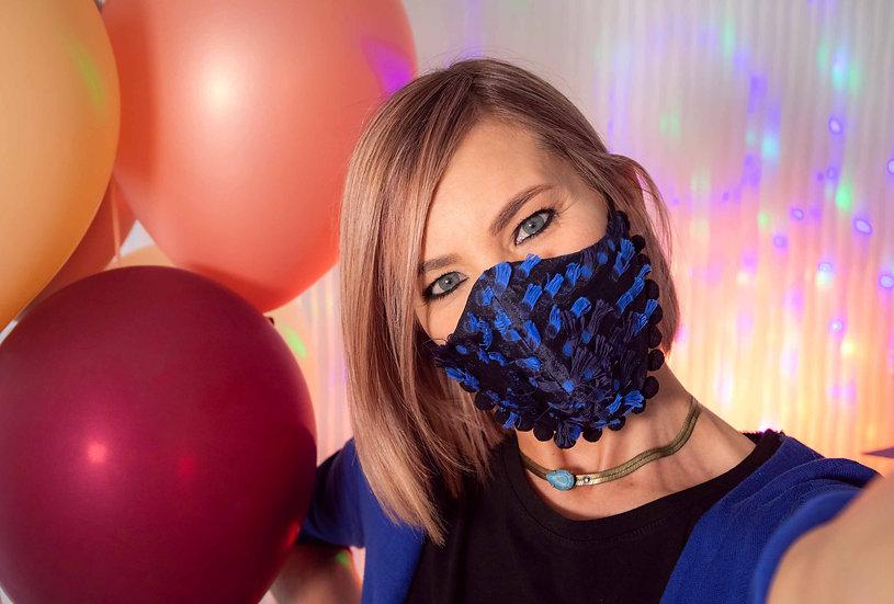 Mascherina elegante e protettiva da festa blu e nera con pon pon in fil coupè, lavabile e riutilizzabile.
