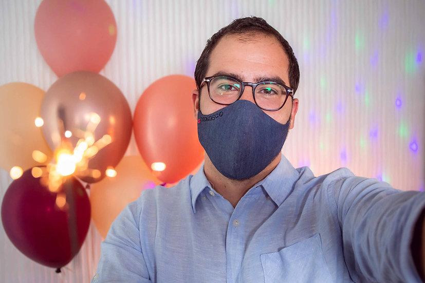 Mascherina uomo/unisex in jeans blu scuro con scritta TI CONOSCO e bocca ricamata a mano