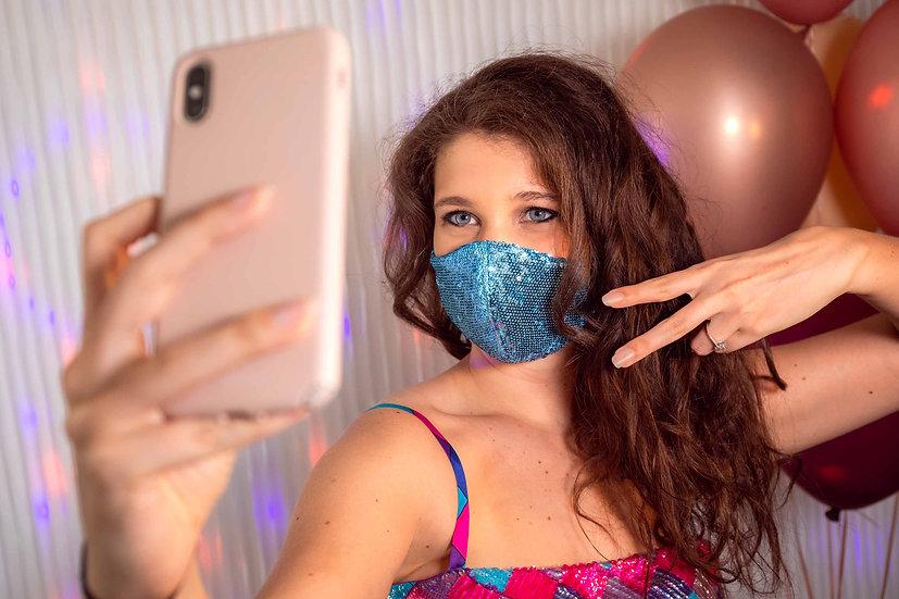 Mascherina leggera e confortevole realizzata artigianalmente in tessuto di paillettes azzurre per luccicare ad ogni festa