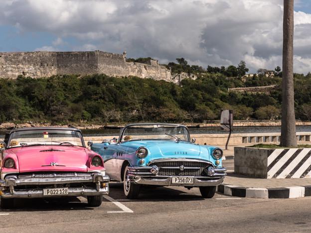 Pastel coloured American cars in Havana
