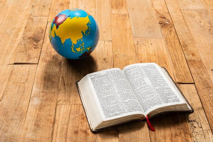 성경과 지구본.jpg