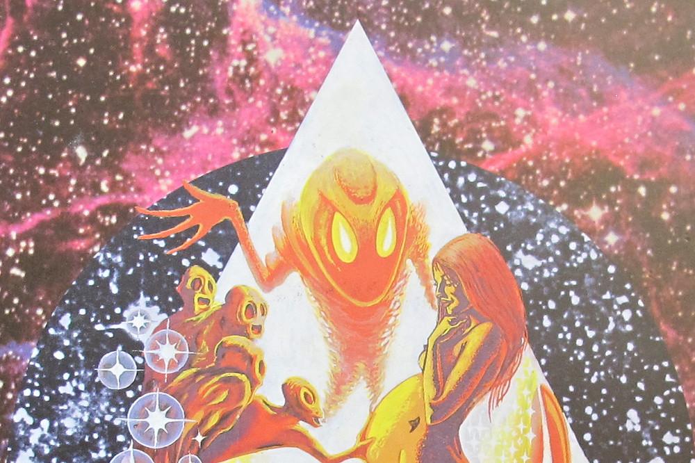 Um fundo de espaço nas cores roxa e violeta. No meio tem um triângulo amarelado com uma mulher grávida nua no meio, um alienígena grande e cabeçudo no meio e vários alienígenas menores à esquerda olhando em direção à barriga da mulher.