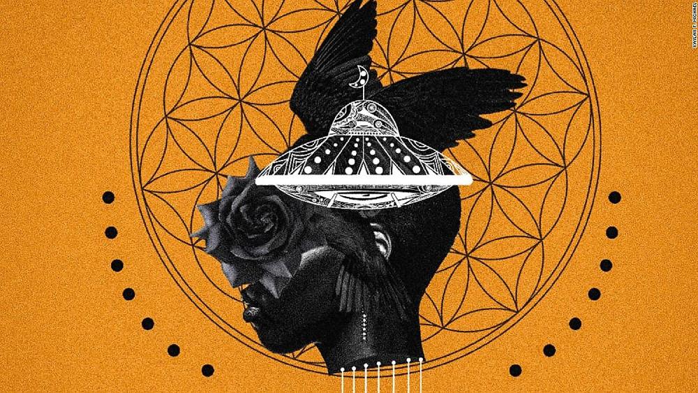 A cabeça de um homem negro mesclada a uma rosa, a um disco voador e um corvo em uma imagem surrealista. O fundo é na cor laranja. Ao redor da cabeça do homem negro tem um círculo formado por vários caleidoscópios e pontos negros.