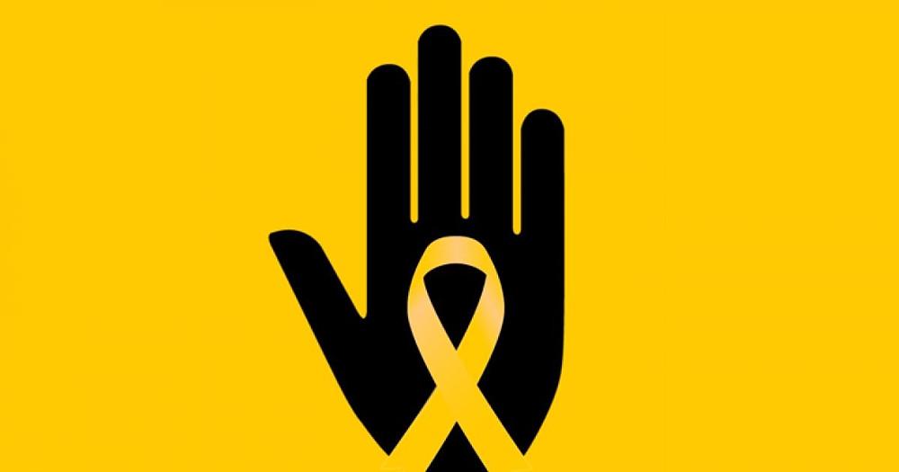 Uma mão preta em um fundo amarelo. Uma silhueta amarela em forma de laço passa no meio da mão aberta.