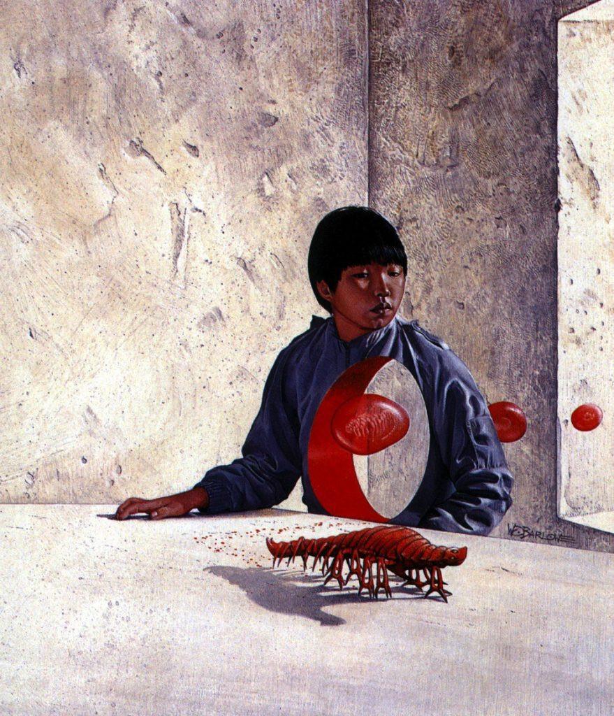 Uma criança oriental com uma blusa azul está olhando para um ser parecido com uma centopeia. Ao fundo temos paredes de cimento cinza. A centopeia parece estar caminhando em um chão também cinza.