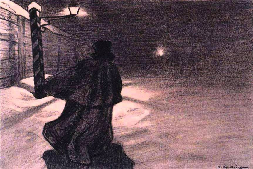 Um homem usando um capote, uma roupa e um chapéu pretos em uma rua mal iluminada. Tem um poste de luz à esquerda com uma lamparina acesa. Ao fundo tem um horizonte enevoado. Toda a imagem é meio rabiscada em tons de cinza e preto.