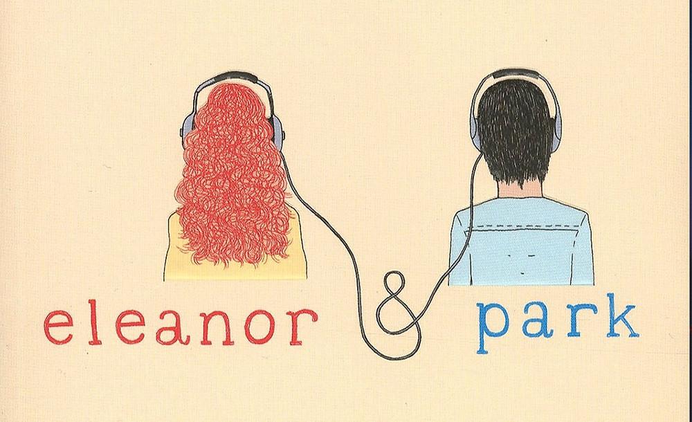 Imagem de Eleanor e Park com um fundo salmão. Só podemos vê-los de costas e dos ombros para cima. Eleanor tem cabelos vermelhos e usa uma camisa amarela e Park usa tem cabelos pretos e usa uma camisa azul. Eles estão usando fones que estão ligados por um fio um ao outro.
