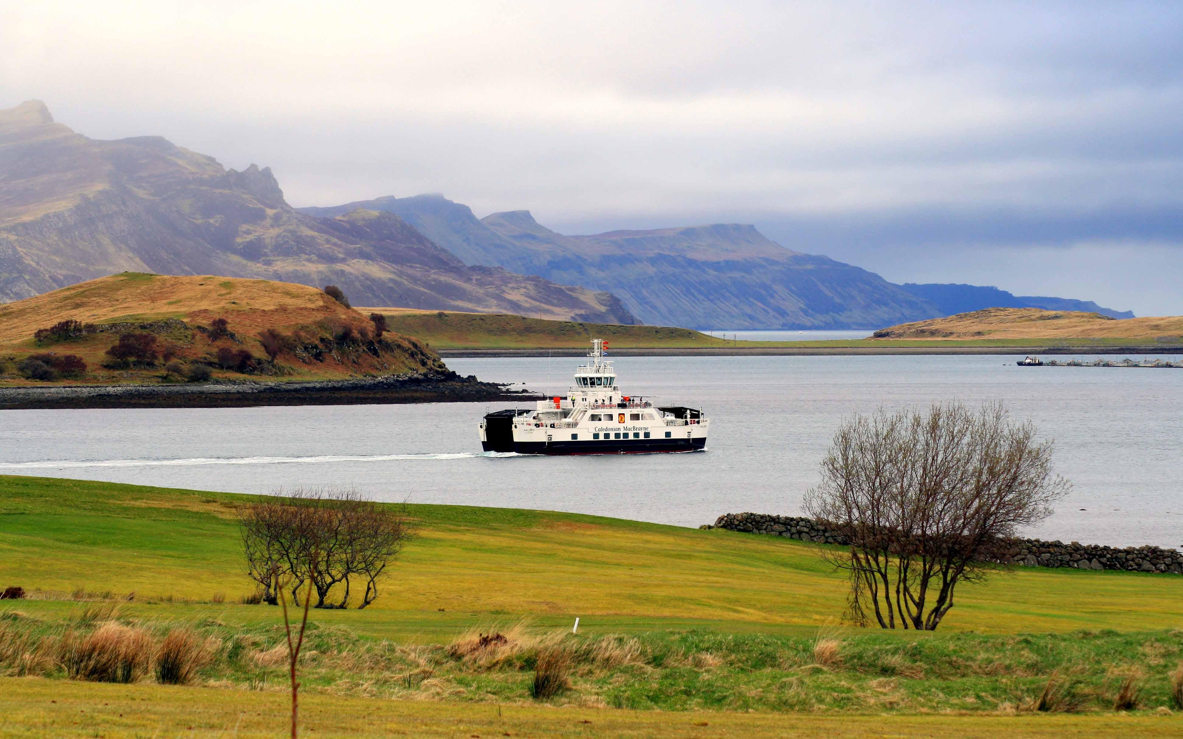 Hallaig leaving Loch Sligachan (Ships of CalMac)