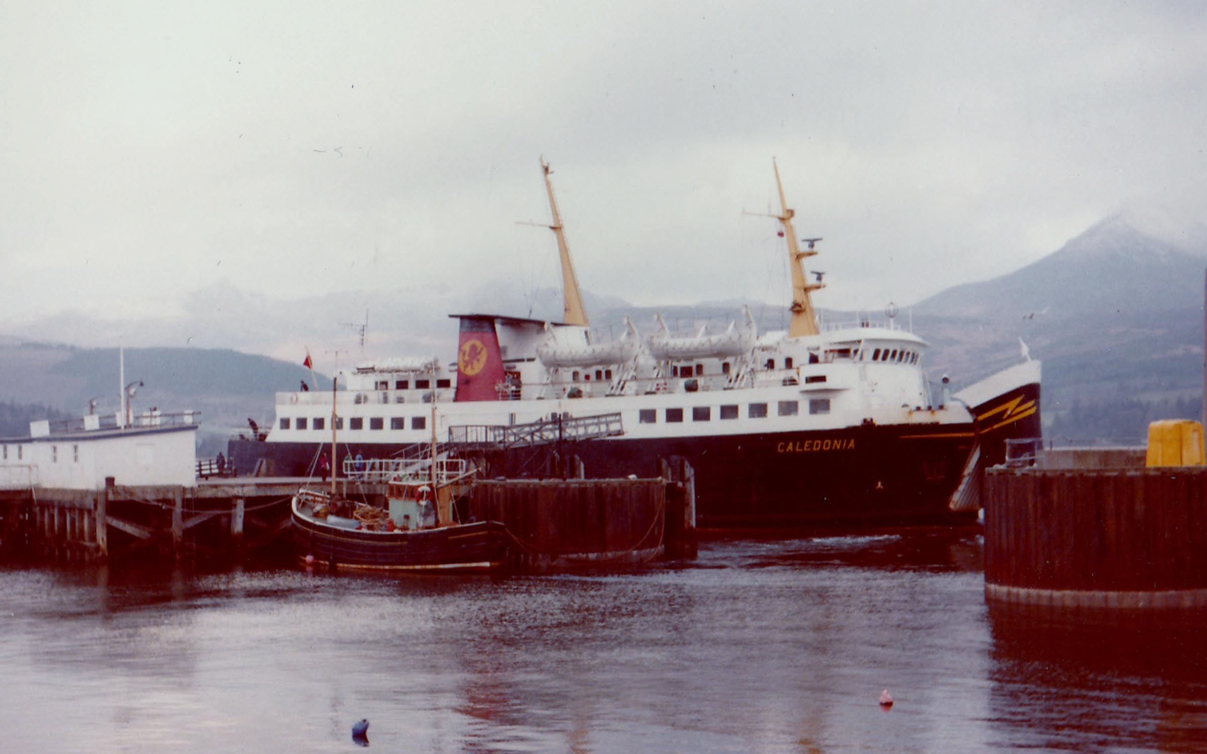Caledonia bow-in at Brodick (Jim Aikman Smith)
