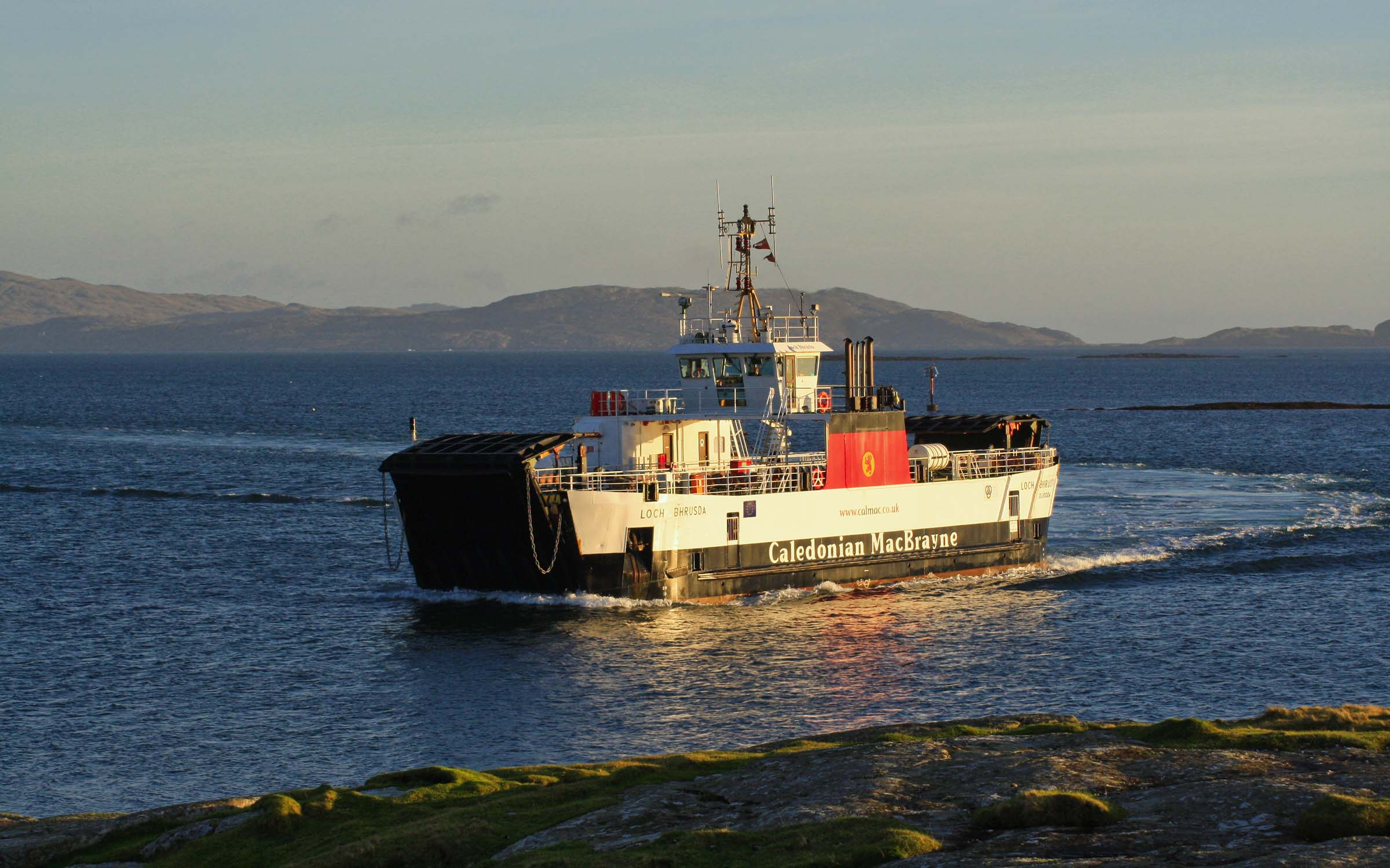 Loch Bhrusda arriving ar Ardmhor (Ships of CalMac)