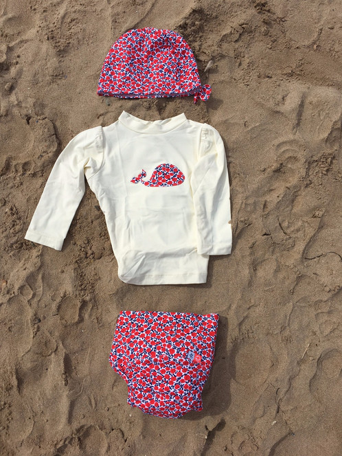 517b94181 Viste a tu pequeño con la camiseta anti UV y el pañal de natación para que  consiga un baño 100% seguro y con un aspecto adorable.