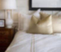 Hotellsängen vitt och guld
