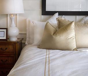 cama de hotel branco e dourado