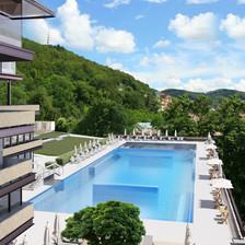 Bazén nad hotelem Thermal - Pohled z terasy