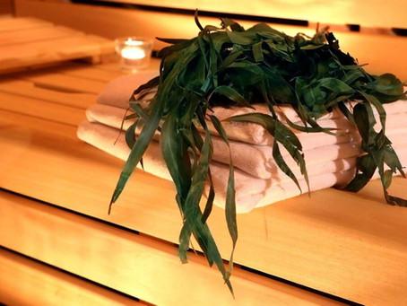 Saunové doplňky: K čemu slouží žínka, kartáč nebo čepice?