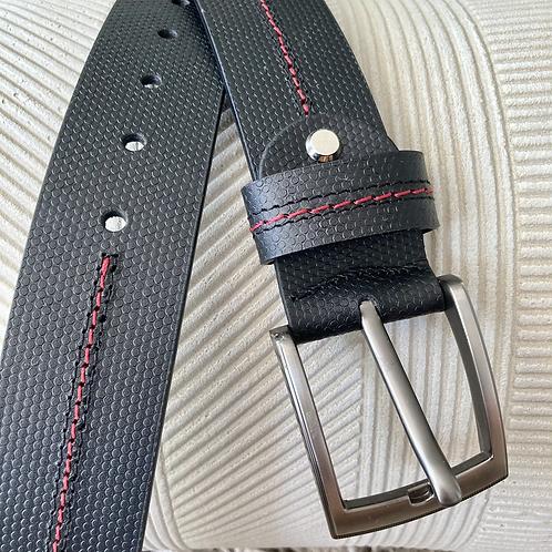 Cinturón para hombre en cuero negro con puntada en hilo rojo