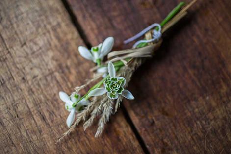 Wedding-Hochzeit-Gastblume-Groom-Anstecker-Frühling-Schneeglöckchen