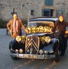 Isa et François devant la voiture des mariés