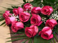 12 roses fushias 90$