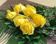 6 roses jaunes 46$