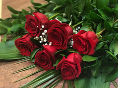 6 roses rouges 52$
