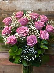 12 roses lilas avec vase 105$