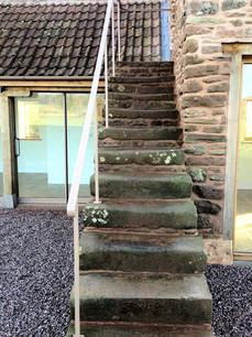 The original granary steps were conserved and lead to the upper floor of the offices.