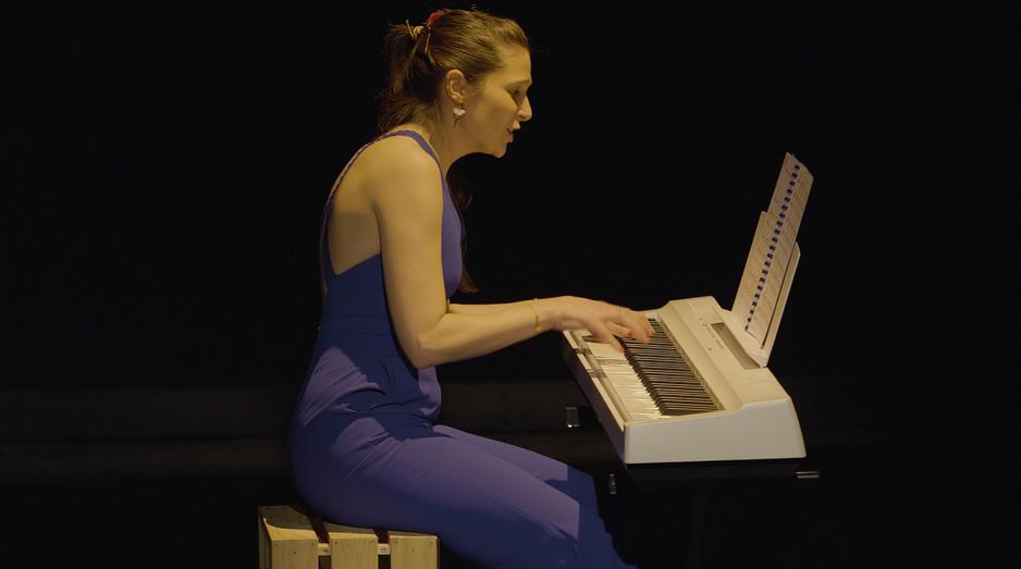 MARGARET AU PIANO.jpg