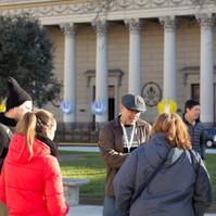 Turistas frente a la Catedral de Bs As