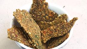 Cracker raw: nocciole, spinaci e pomodori secchi