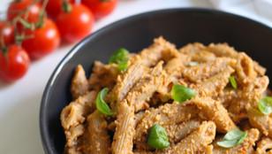 Pasta integrale con pesto di mandorle, pomodorini e basilico