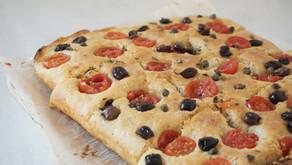 Focaccia integrale con pomodorini, olive e capperi