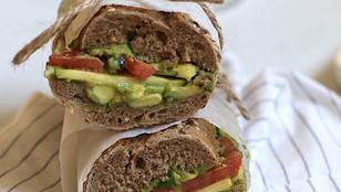 Panino estivo - con avocado, pomodoro, olive e zucchine (vegan)