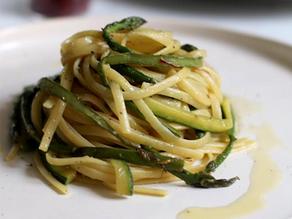 Linguine con asparagi e zucchine allo zafferano