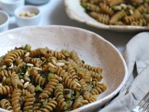 Pasta con zucchine, uvetta e pinoli